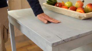 Cómo pintar una mesa con pintura al agua de efecto tiza - Paso 5