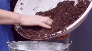 Composición de plantas grisáceas en contenedores galvanizados - Paso 2