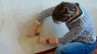 Cómo quitar papel pintado muy pegado