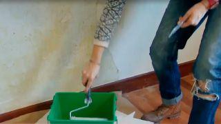 Agua jabonosa para quitar papel pintado muy pegado