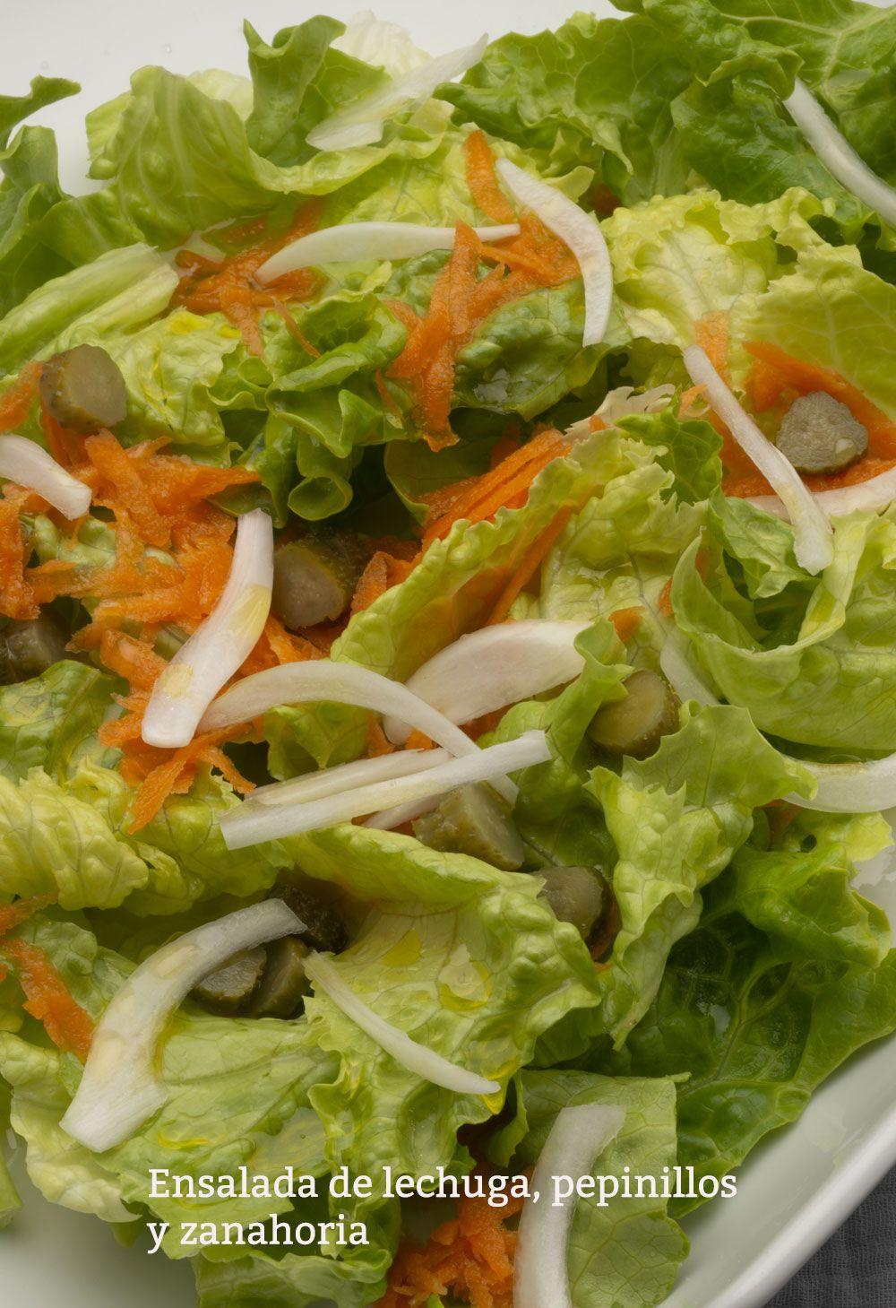Ensalada de lechuga, pepinillos y zanahoria