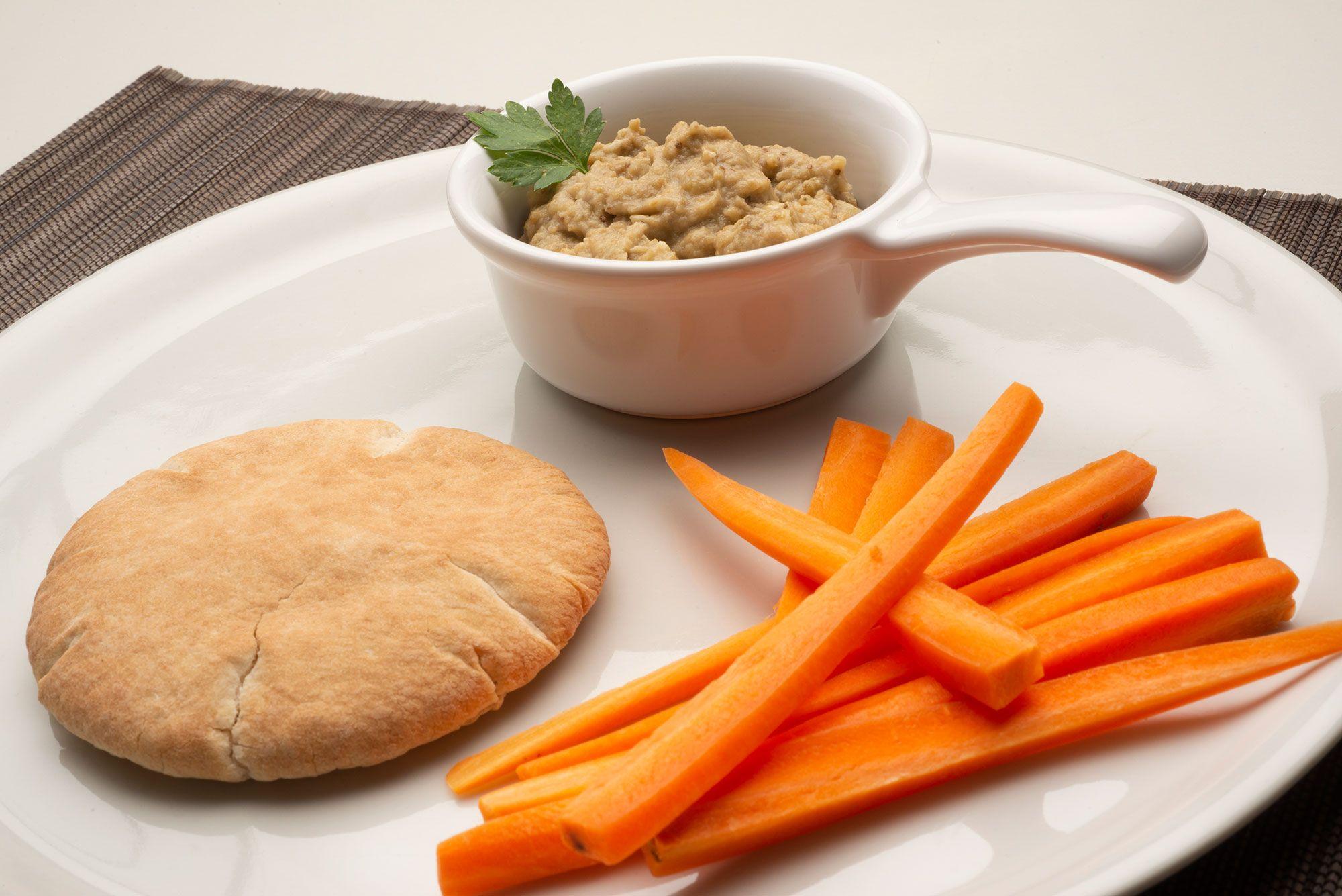 Paté de berenjena con bastones de zanahoria