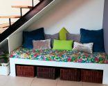 Sofá bajo la escalera
