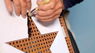 Cómo personalizar un mecedora con pintura - Paso 3