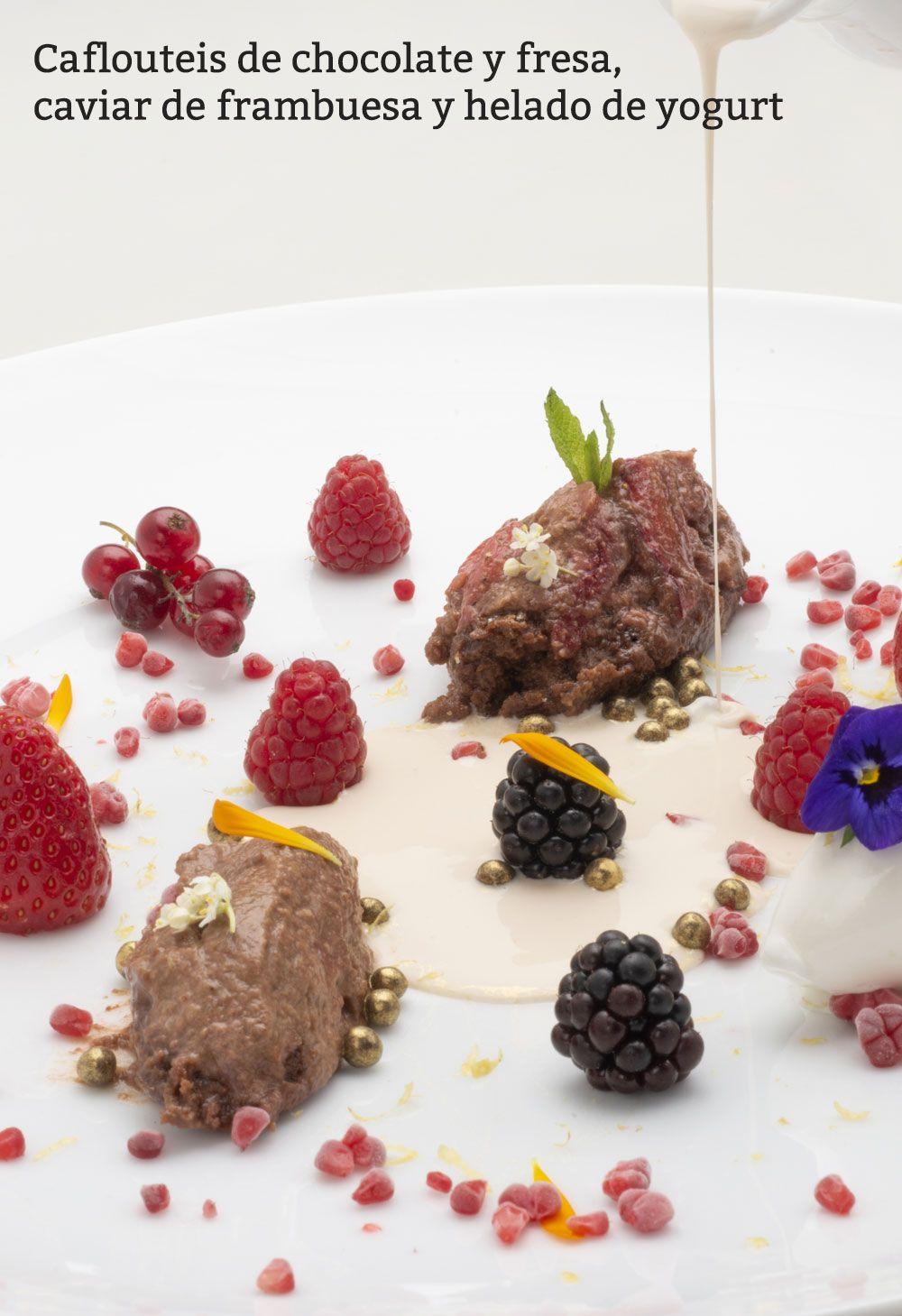 Clafoutis de chocolate y fresa, caviar de frambuesa y helado de yogurt