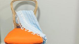 Cómo tapizar una silla con tela colorida