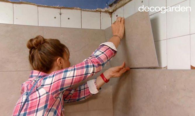Renueva los azulejos de la cocina sin obra con losetas - Cubrir azulejos sin obra ...
