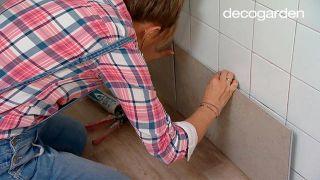 Revestir la pared de la cocina con losetas decorativas paso 3