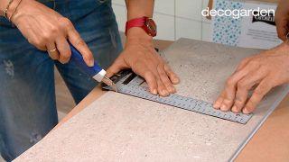 Revestir la pared de la cocina con losetas decorativas paso 4
