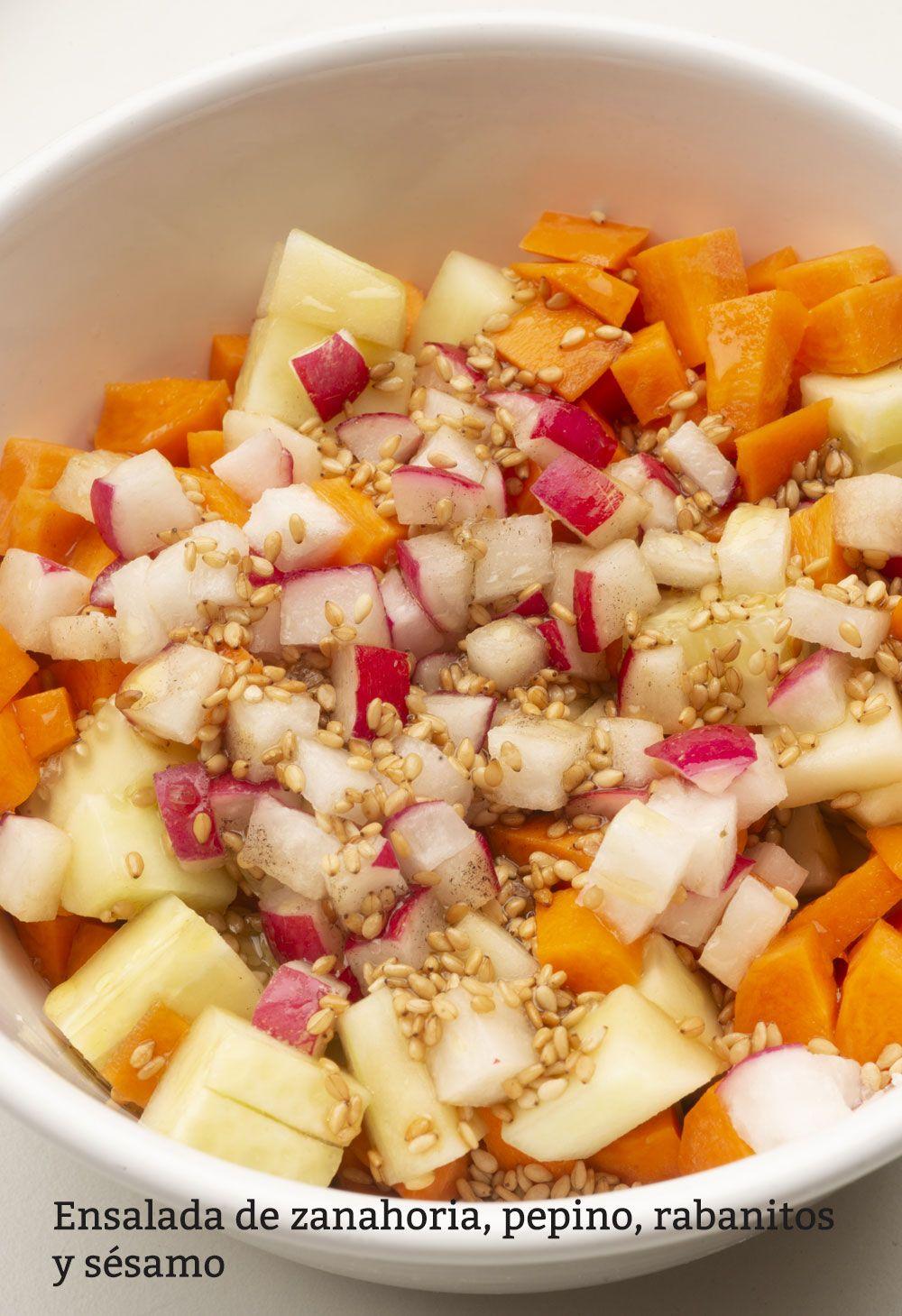 Ensalada de zanahoria, pepino, rabanitos y sésamo