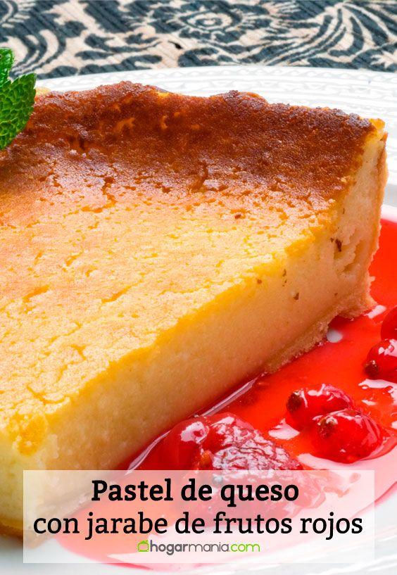 Pastel de queso con jarabe de frutos rojos