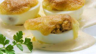 Huevos rellenos con atún y mahonesa de mostaza