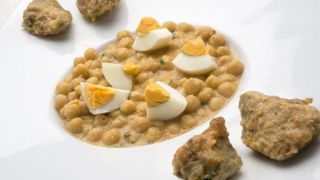 Receta de Garbanzos con alcachofas y huevo cocido