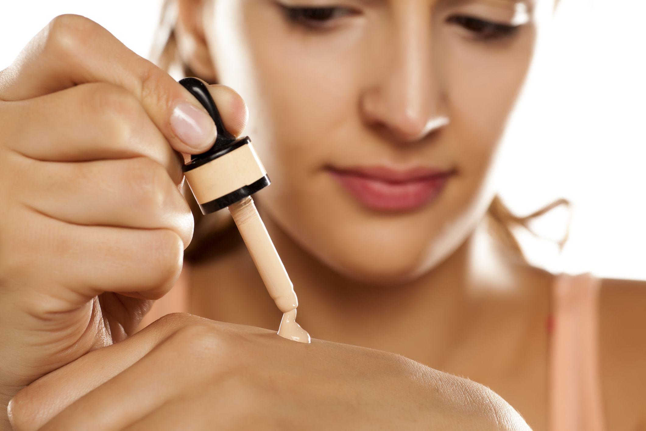 En verano, usa una base fluida de maquillaje con protección solar y textura ligera, incluso hay en el marcado cremas solares con color que son idóneas para esta época del año.
