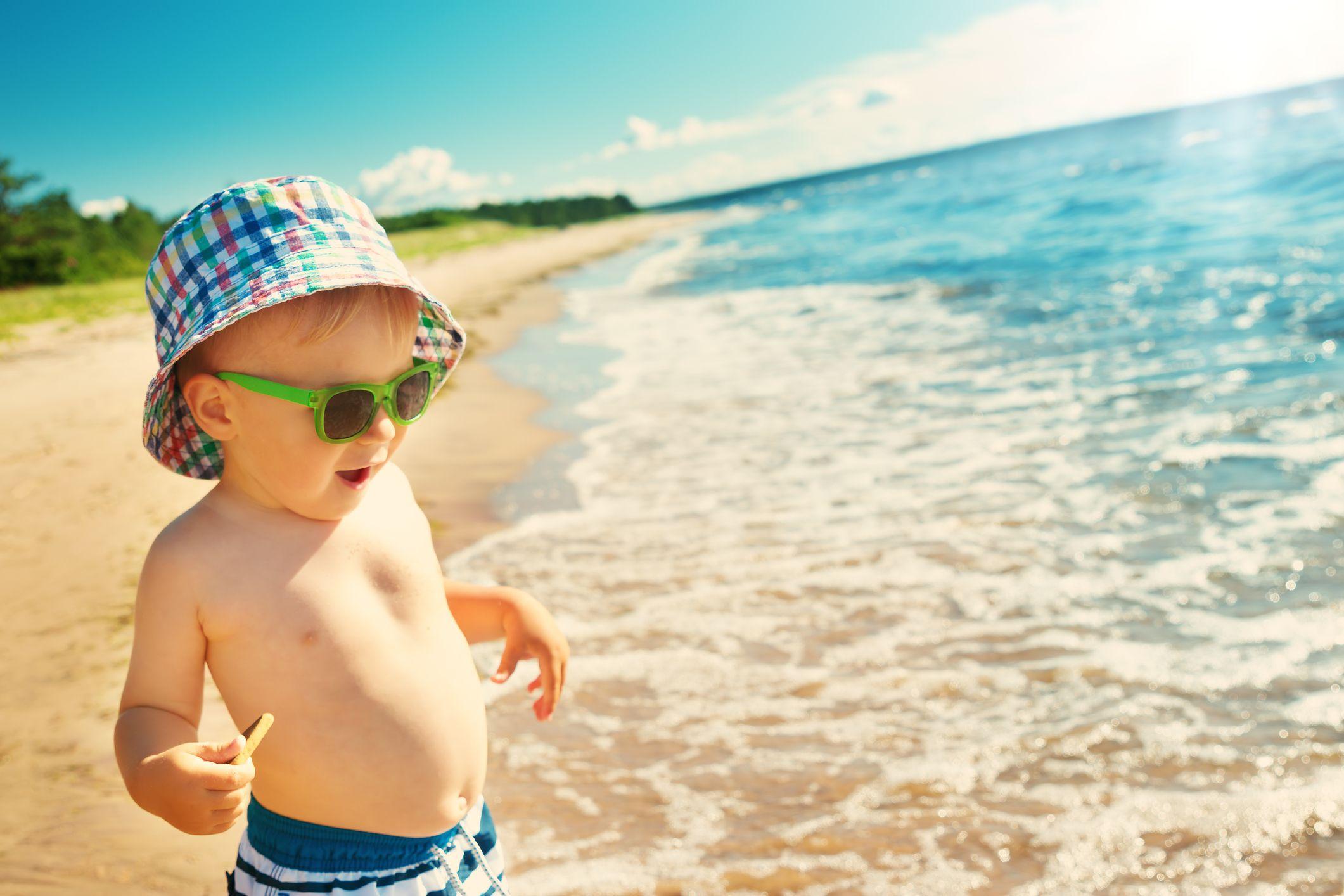 Protege a los bebés con gorritas, gafas de sol homologadas y prendas adecuadas.