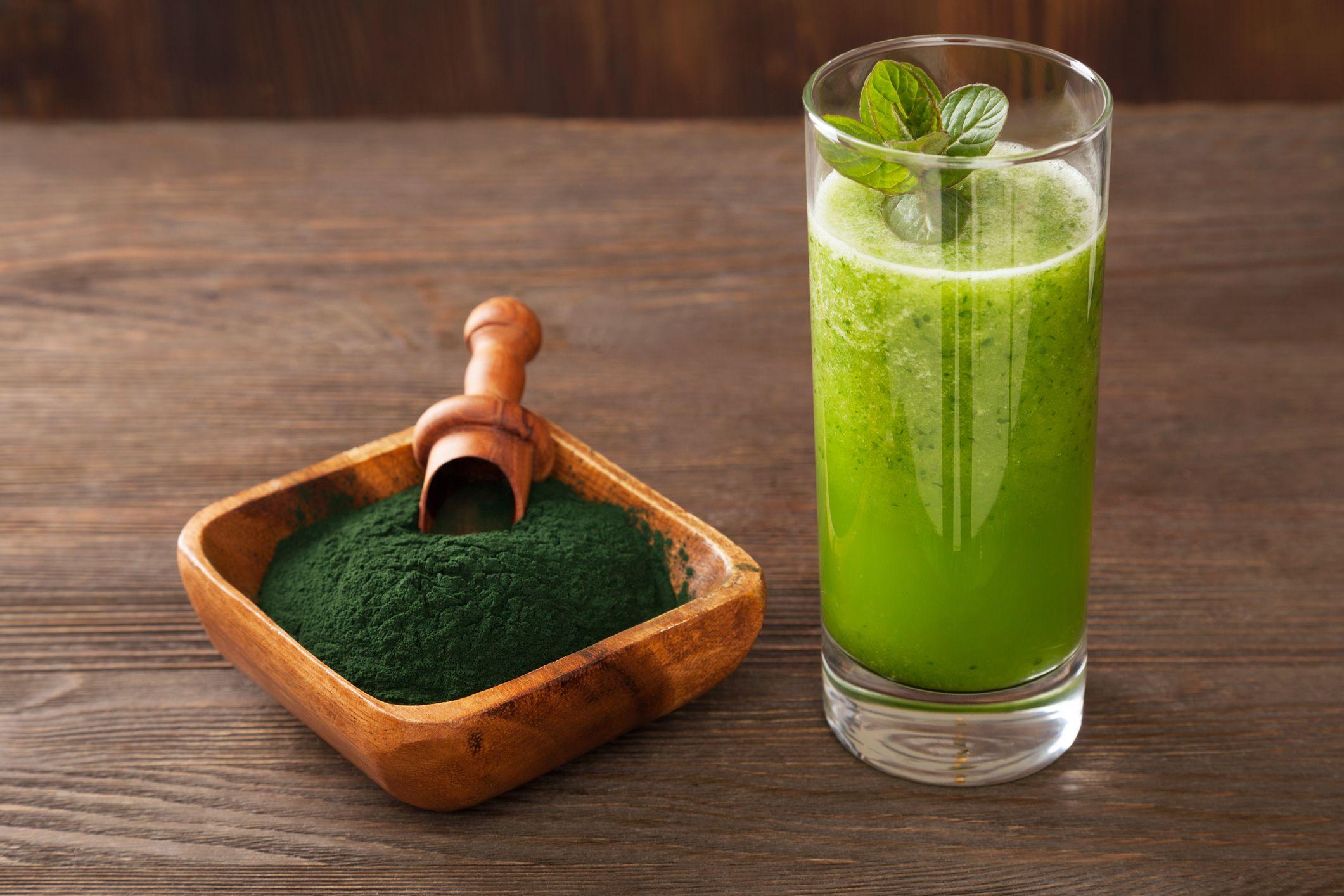 La chlorella es un superalimento rico en proteínas, aminoácidos esenciales, ácidos grasos vegetales, fibra, vitaminas y minerales.