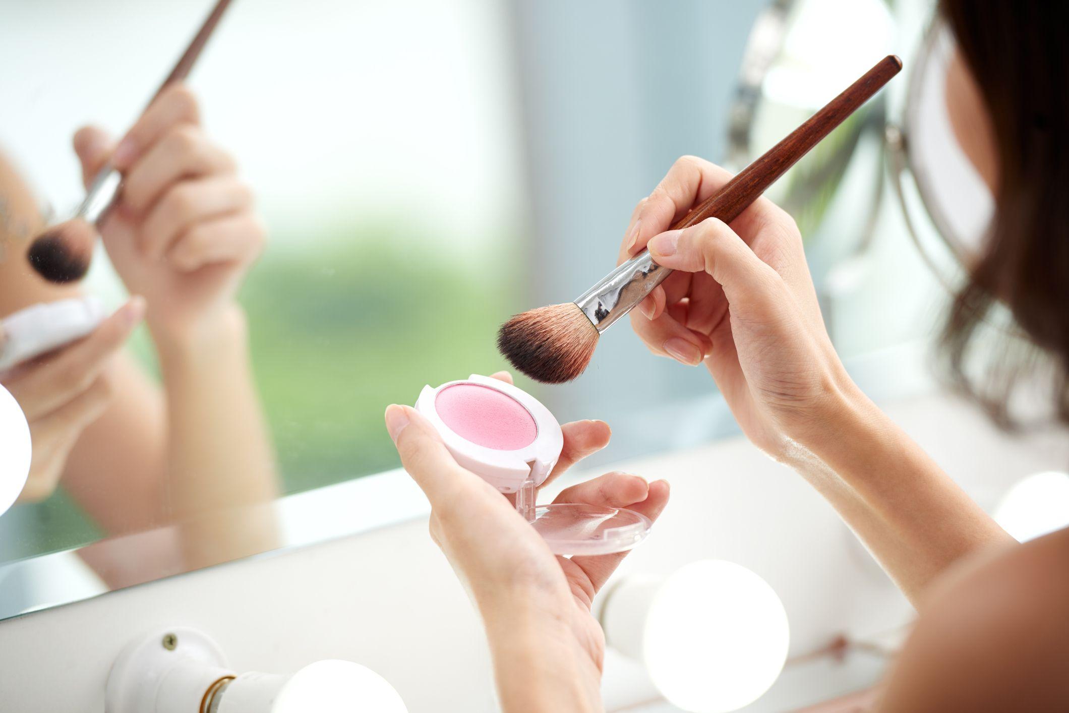 El colorete en crema deja una textura muy favorecedora sobre las pieles bronceadas.