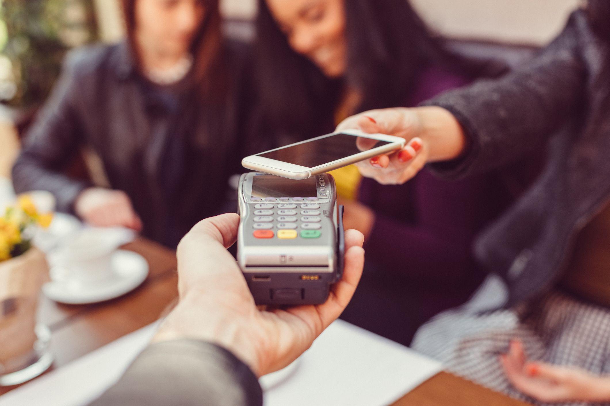 La tecnología contactless permite a los clientes retirar dinero en el cajero o pagar en cualquier establecimiento acercando el móvil al lector.