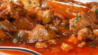 Cordero guisado con pimientos y patatas