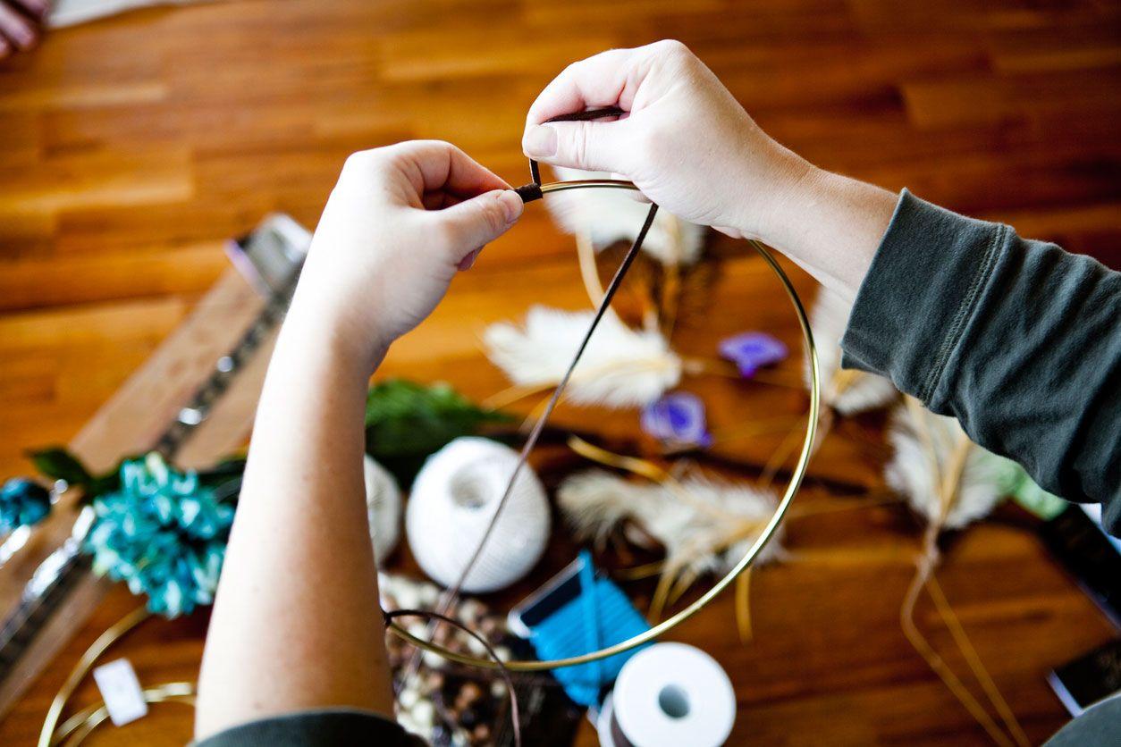 Decora el aro del atrapasueños con cuerda