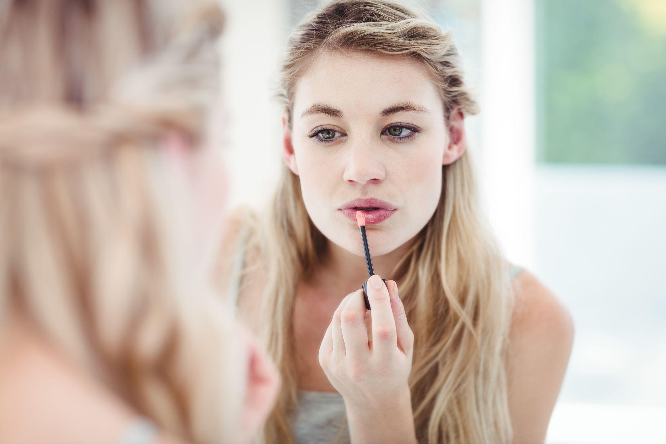 Para las tardes de verano, un brillo de labios te ayudará a lucir una boca atractiva y jugosa.