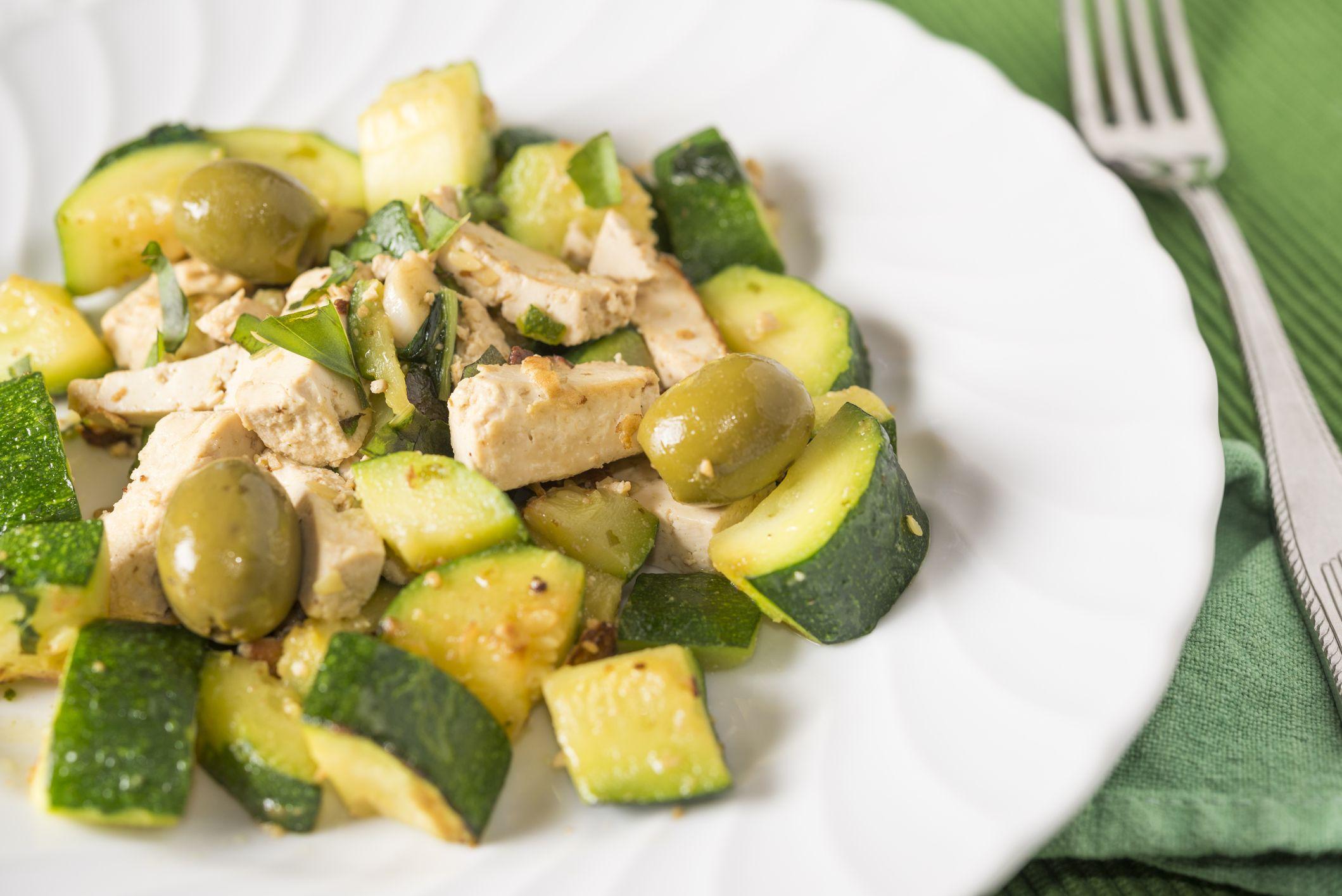 El gomasio es un aderezo saludable y nutritivo para ensaladas en sustitución a la sal.