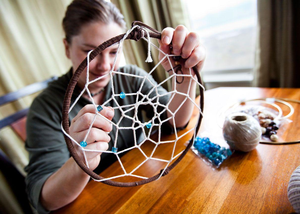 Elabora la tela de araña de tu atrapasueños con hilo