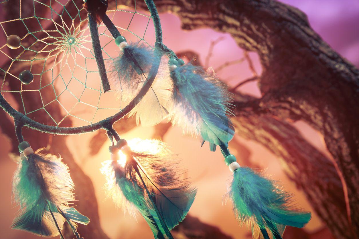 Anuda las plumas en tu atrapasueños