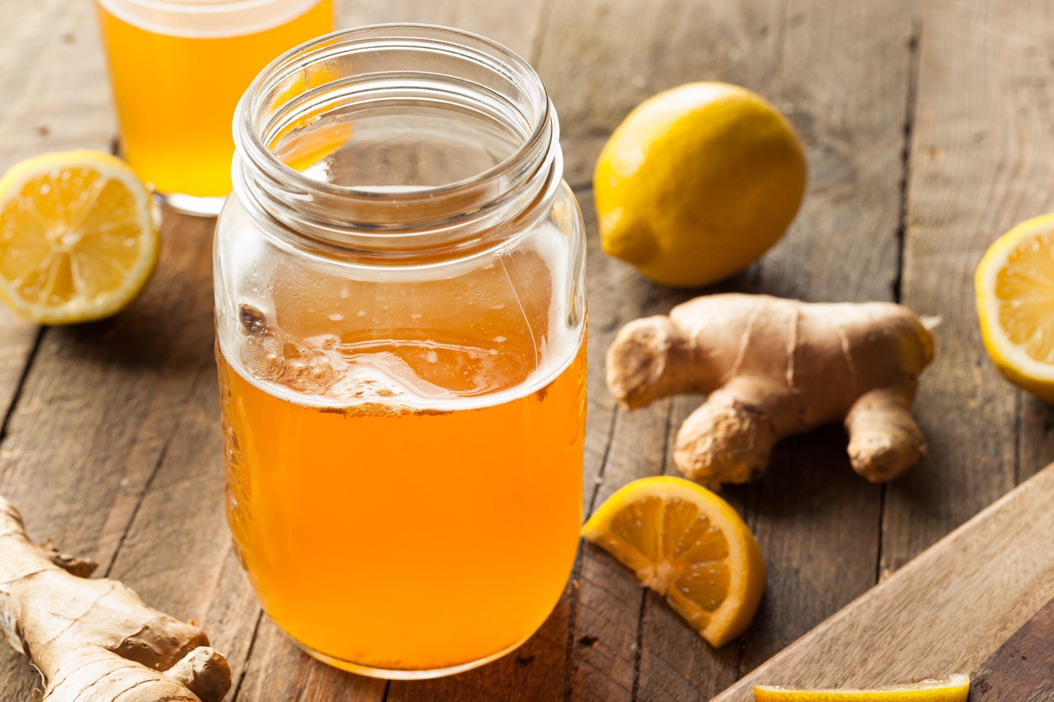 Kombucha con jengibre y limón, una bebida refrescante de fermentación natural.