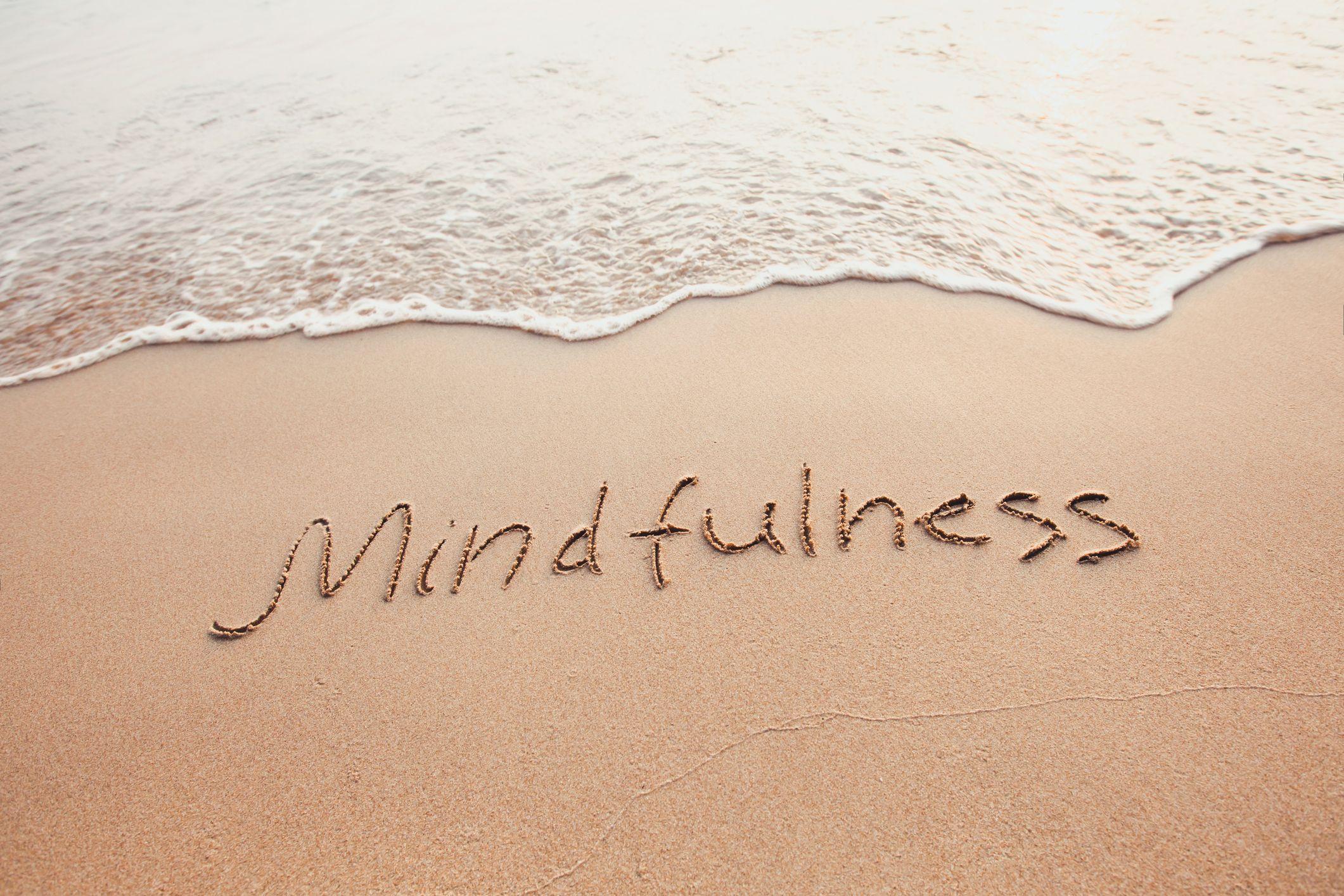 El mindfulness se centra en la atención plena en el momento presente sin juzgar nuestros pensamientos o sentimientos.