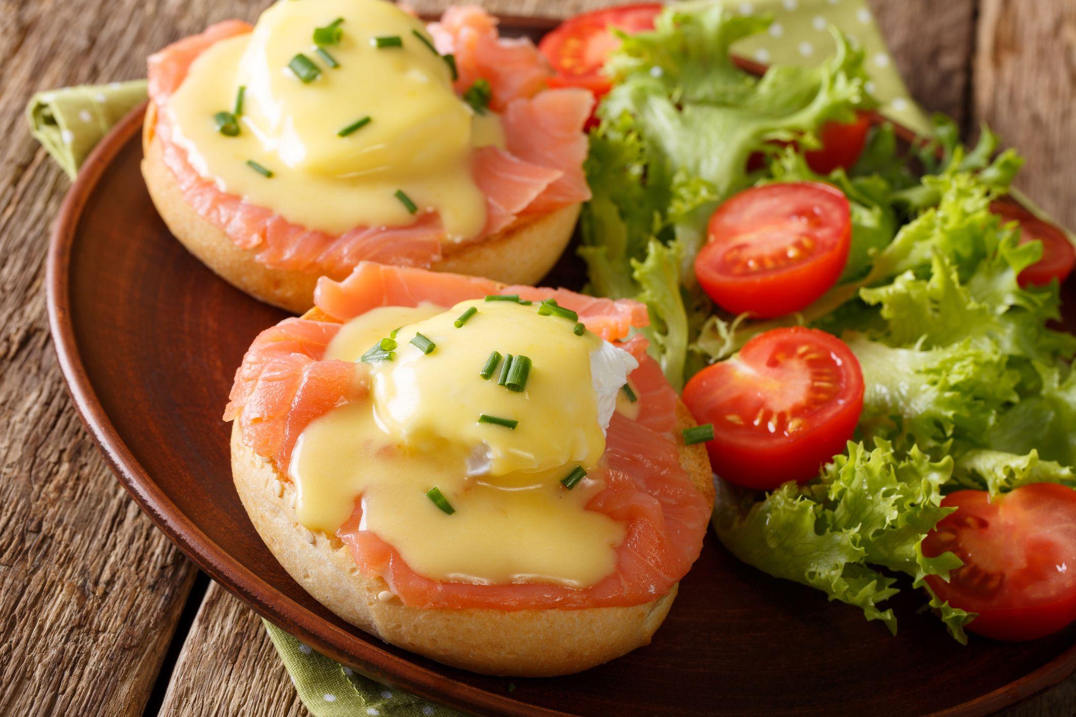 La salsa holandesa suele acompañar a platos de verduras y pescado, como el salmón.