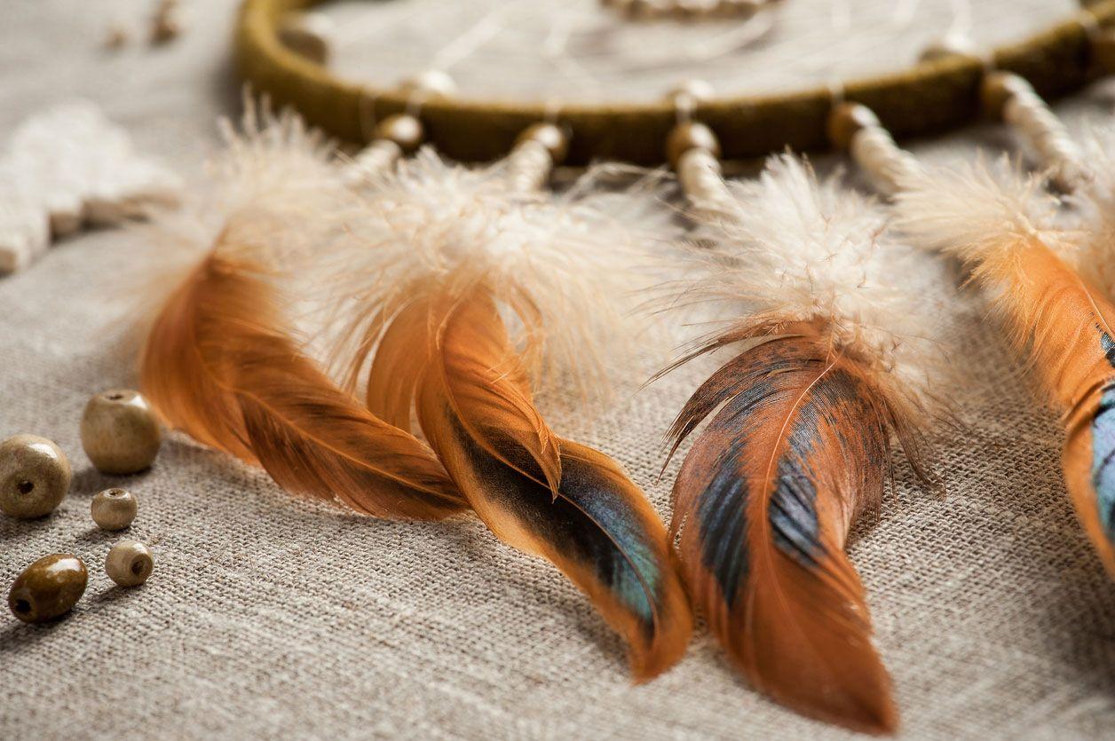 Pega las plumas de tu atrapasueños a la cuerda