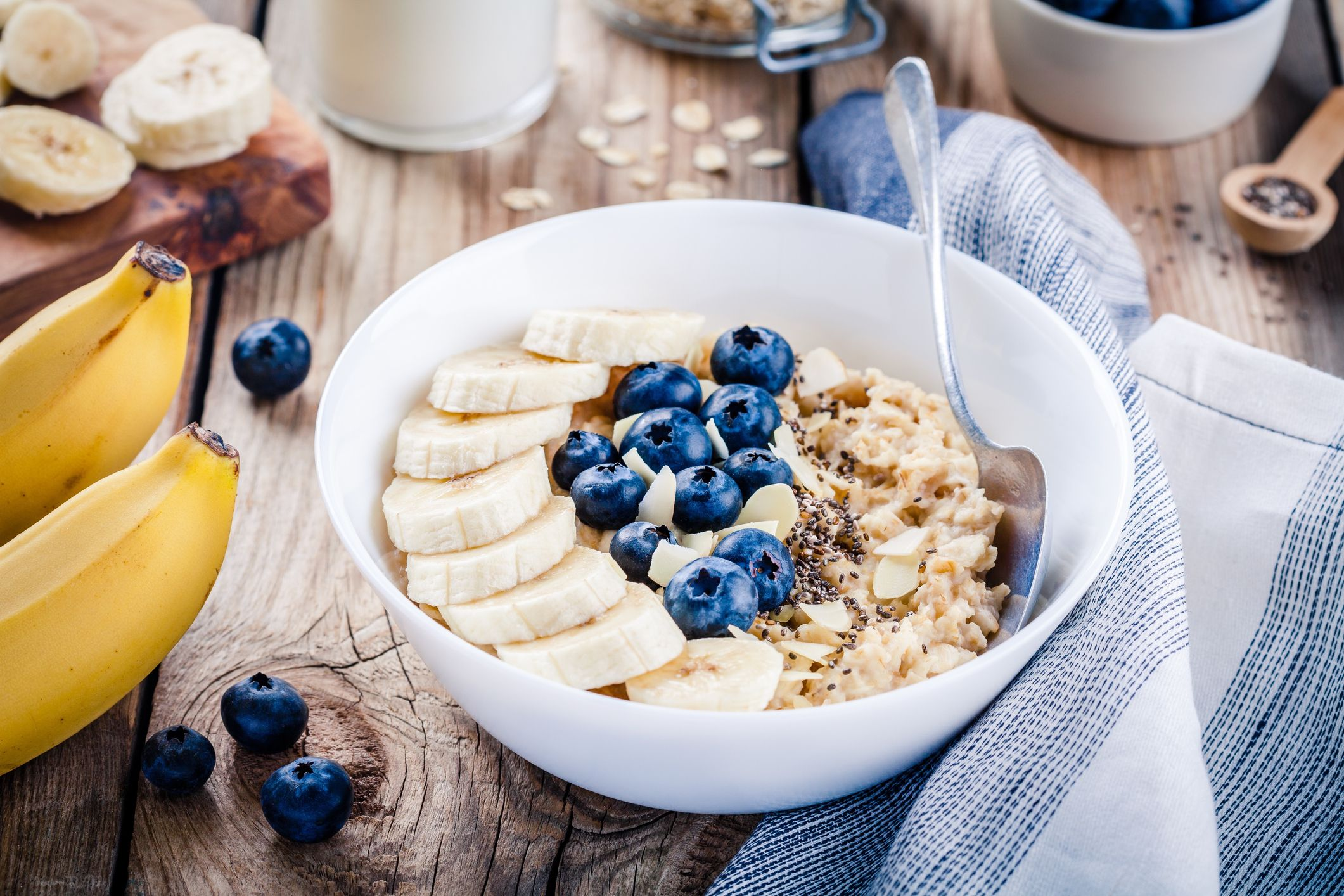 Podemos añadir trozos de frutas, semillas o cereales al porridge o gachas de avena para hacer la receta más completa nutricionalmente.