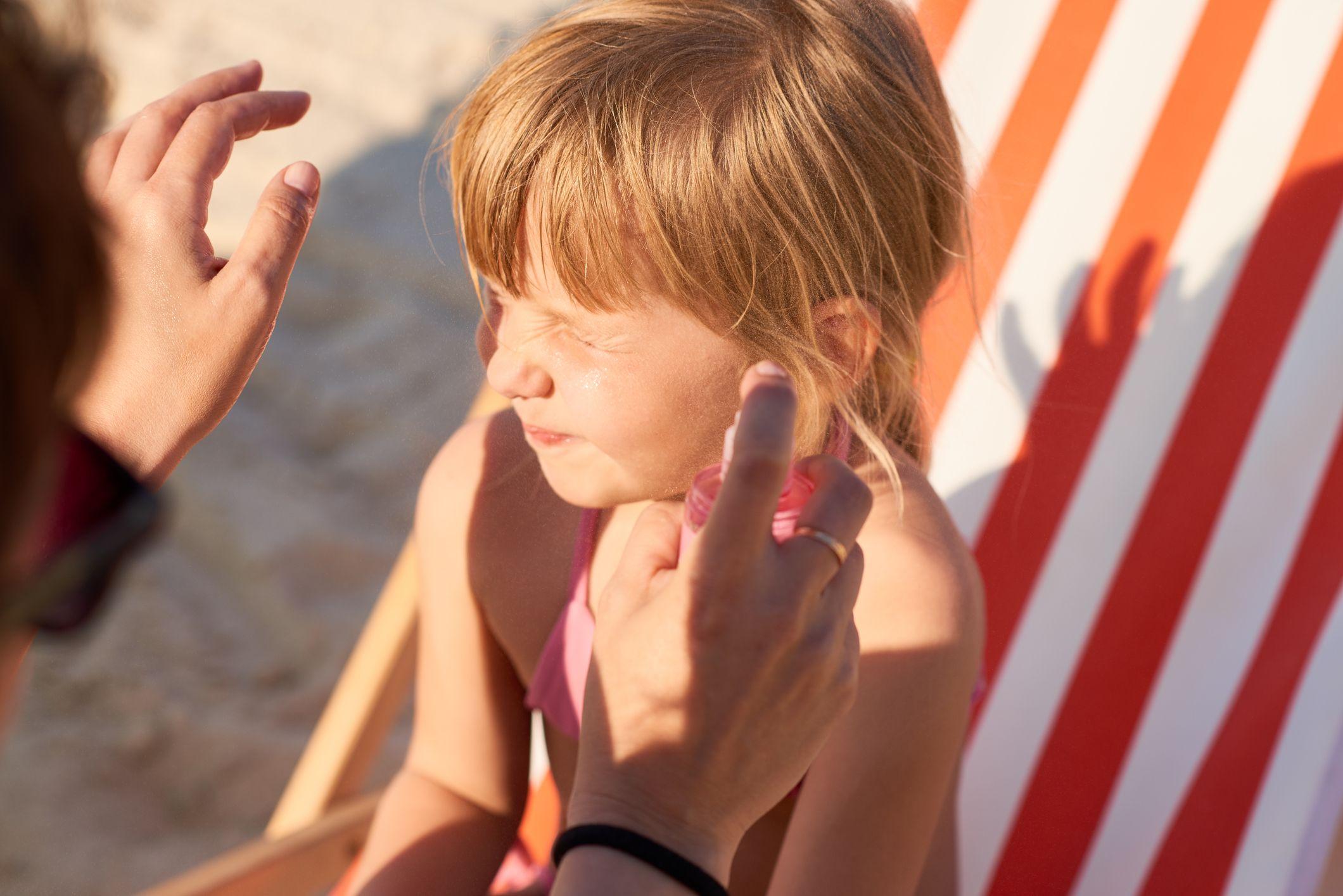 Cuida tu pelo en verano con un protector solar para el cabello.
