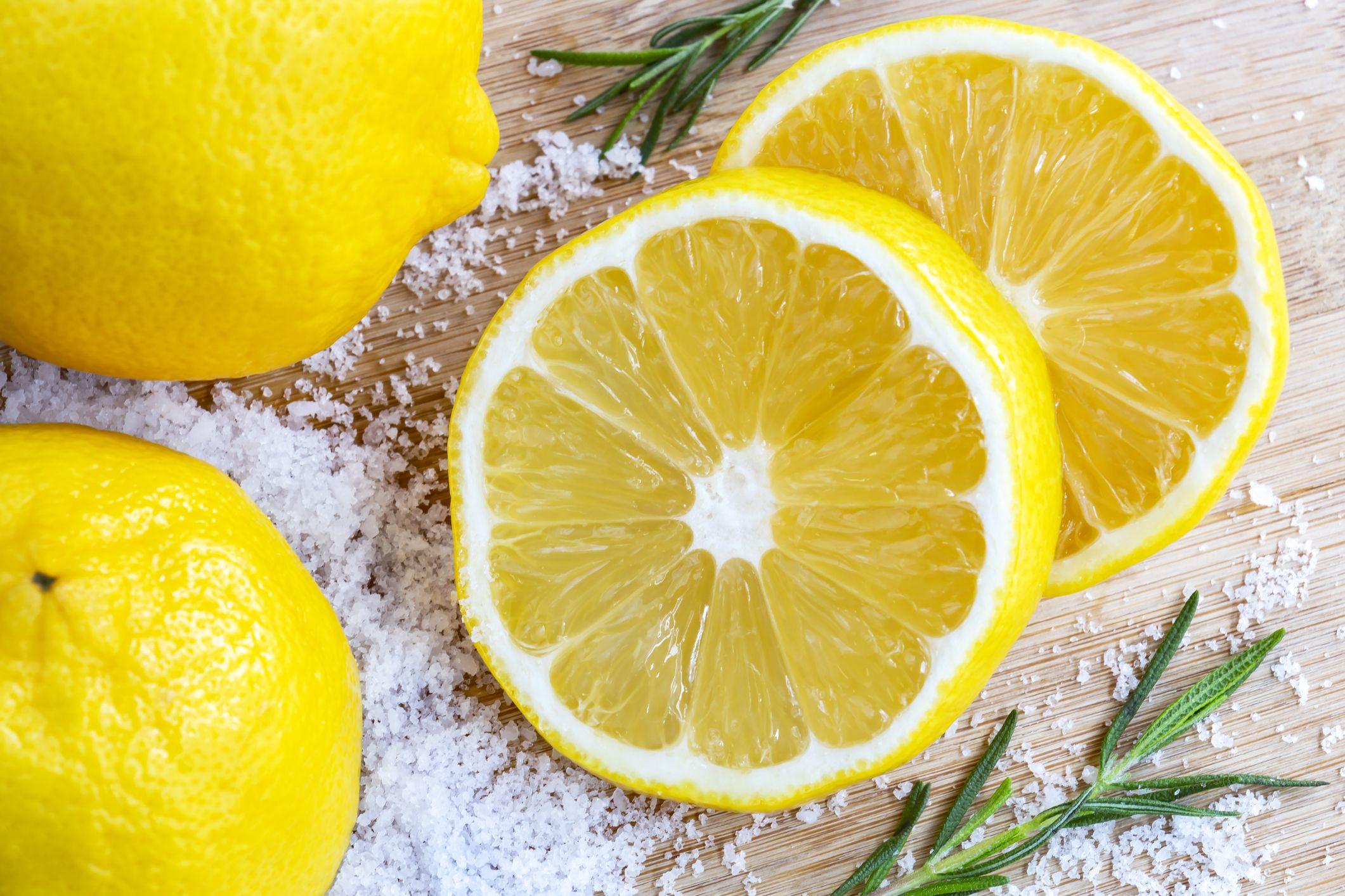 El limón limpia la zona afectada y la sal exfolia para eliminar las bacterias y células muertas que se acumulan en el callo.