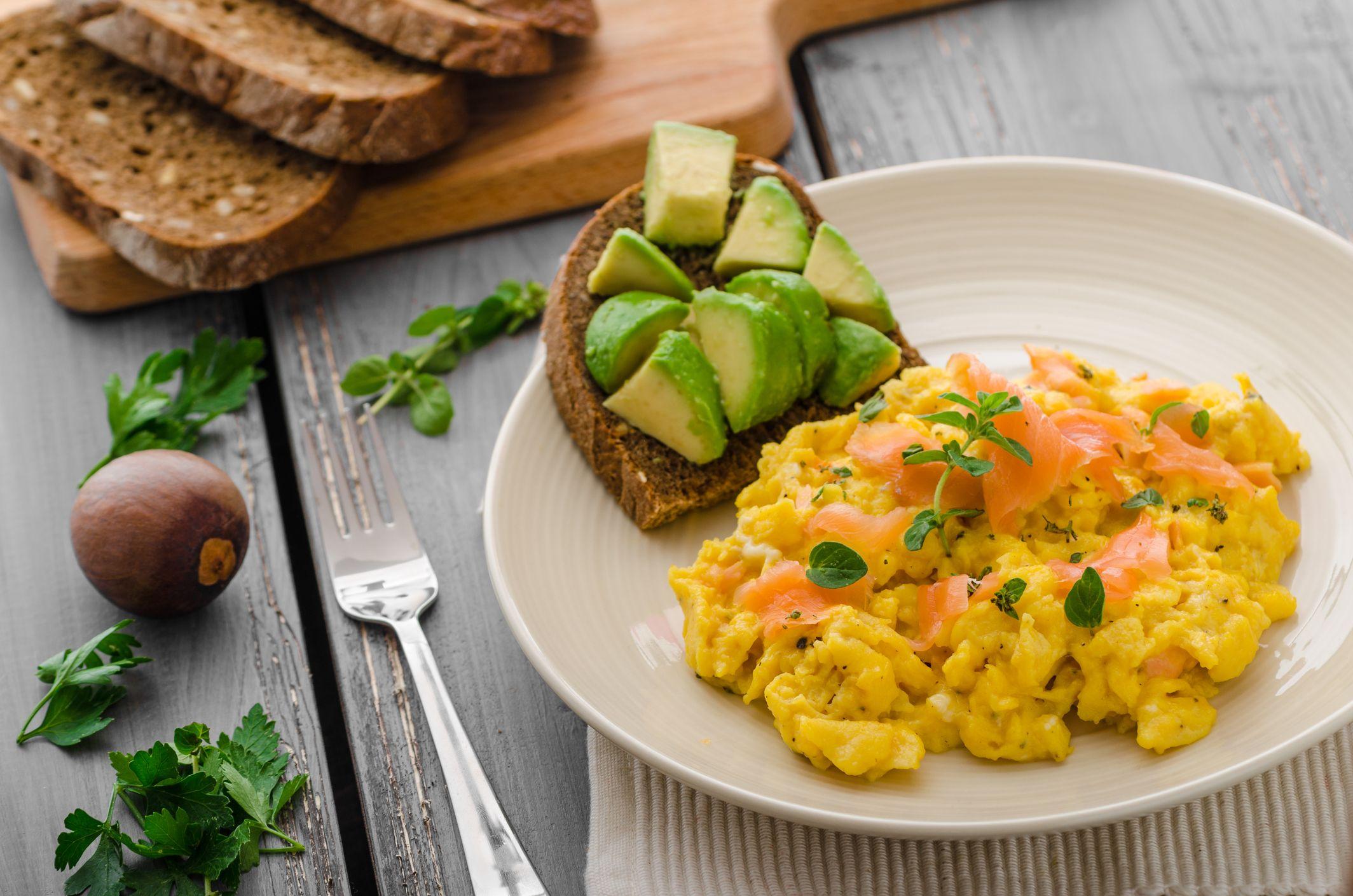 Revuelto con aguacate y pavo, plato rico en proteínas.
