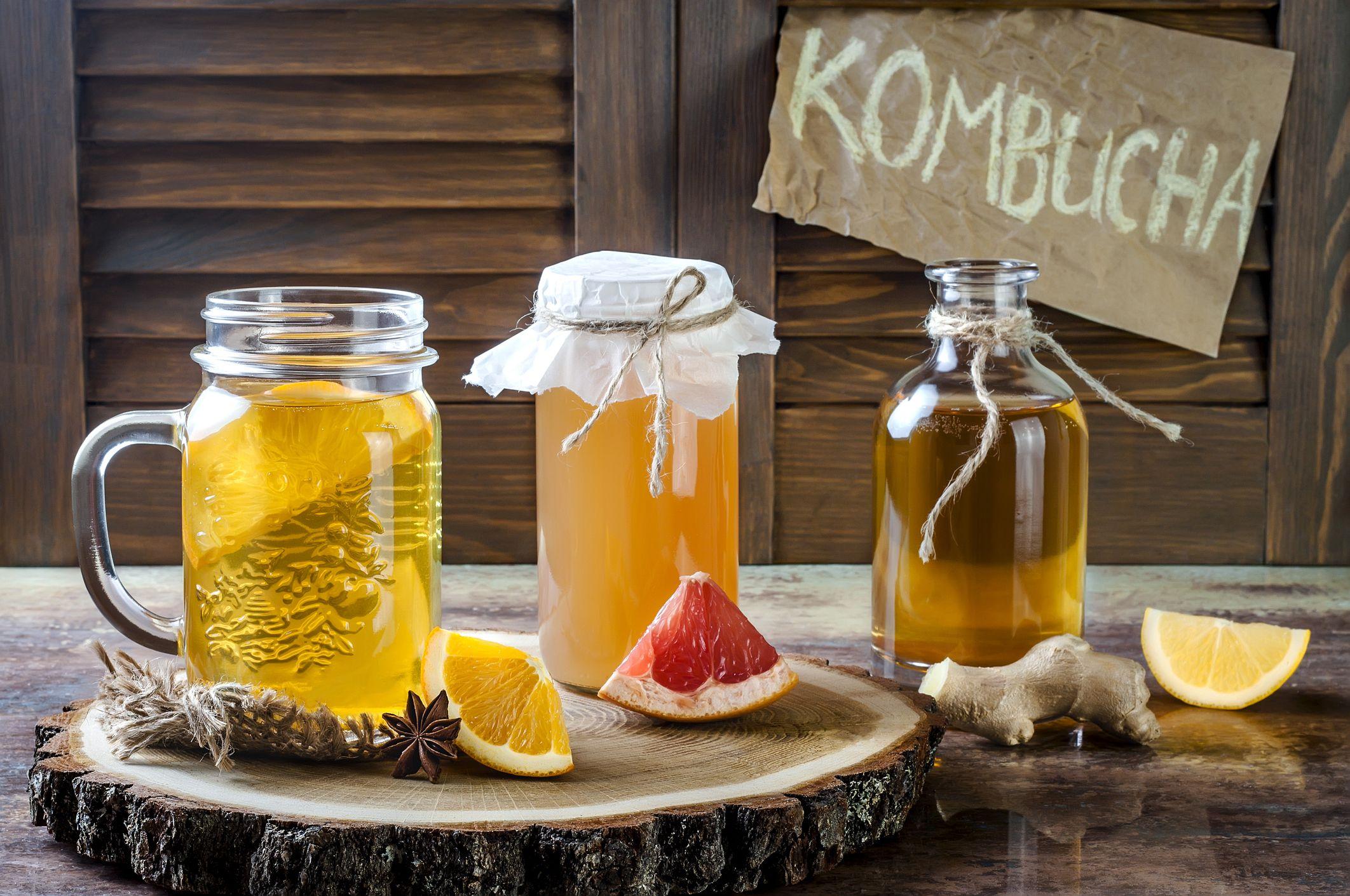 Té de kombucha fermentado casero con diferentes sabores.