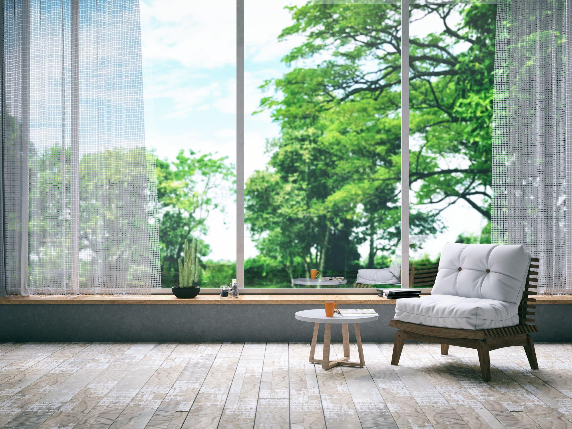 Durante el verano, lava y guarda las alfombras, y cubre las ventanas con estores o visillos en tonos claros.