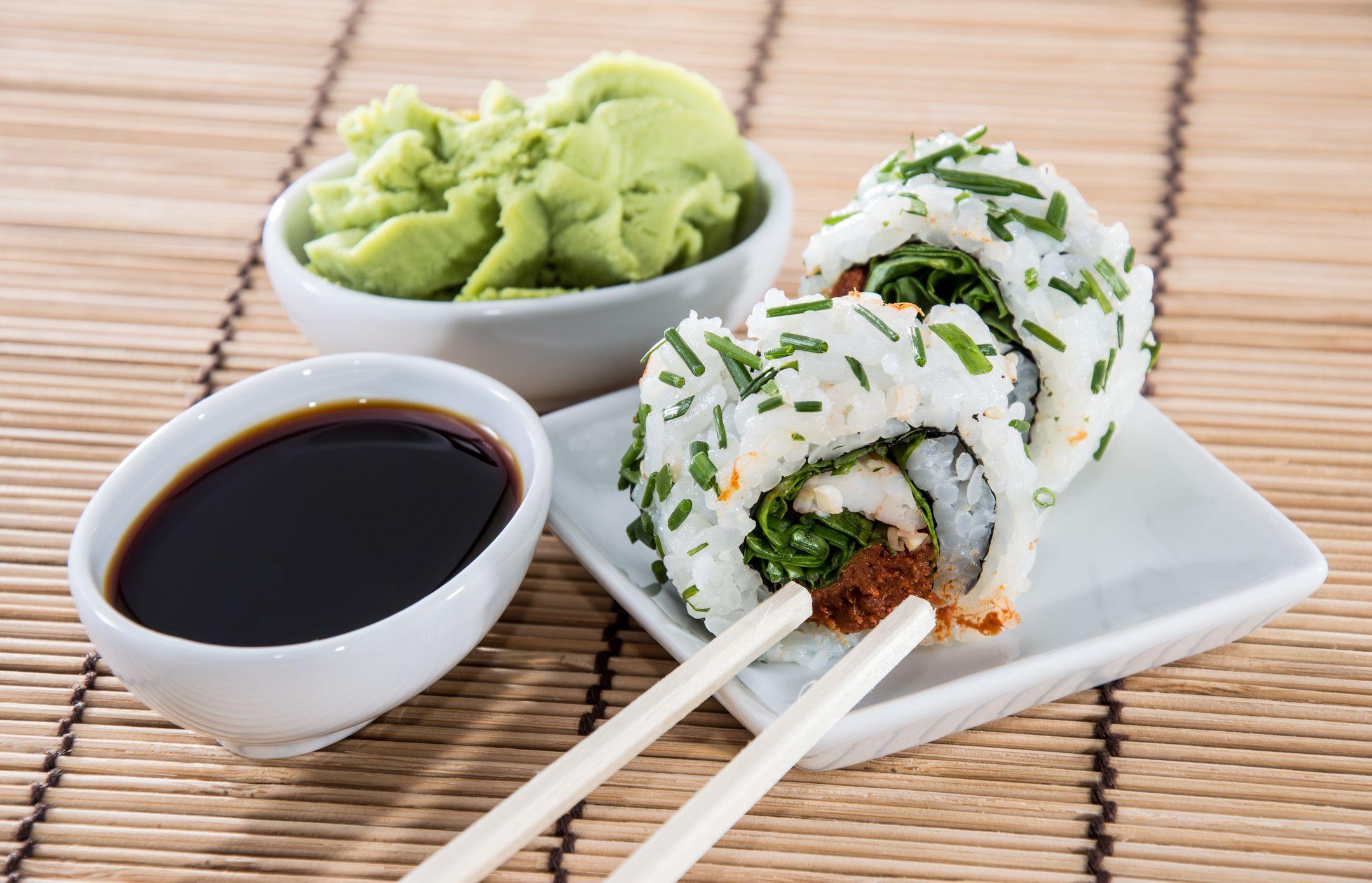 El wasabi es una pasta picante de color verde que suele usarse para acompañar al sushi.