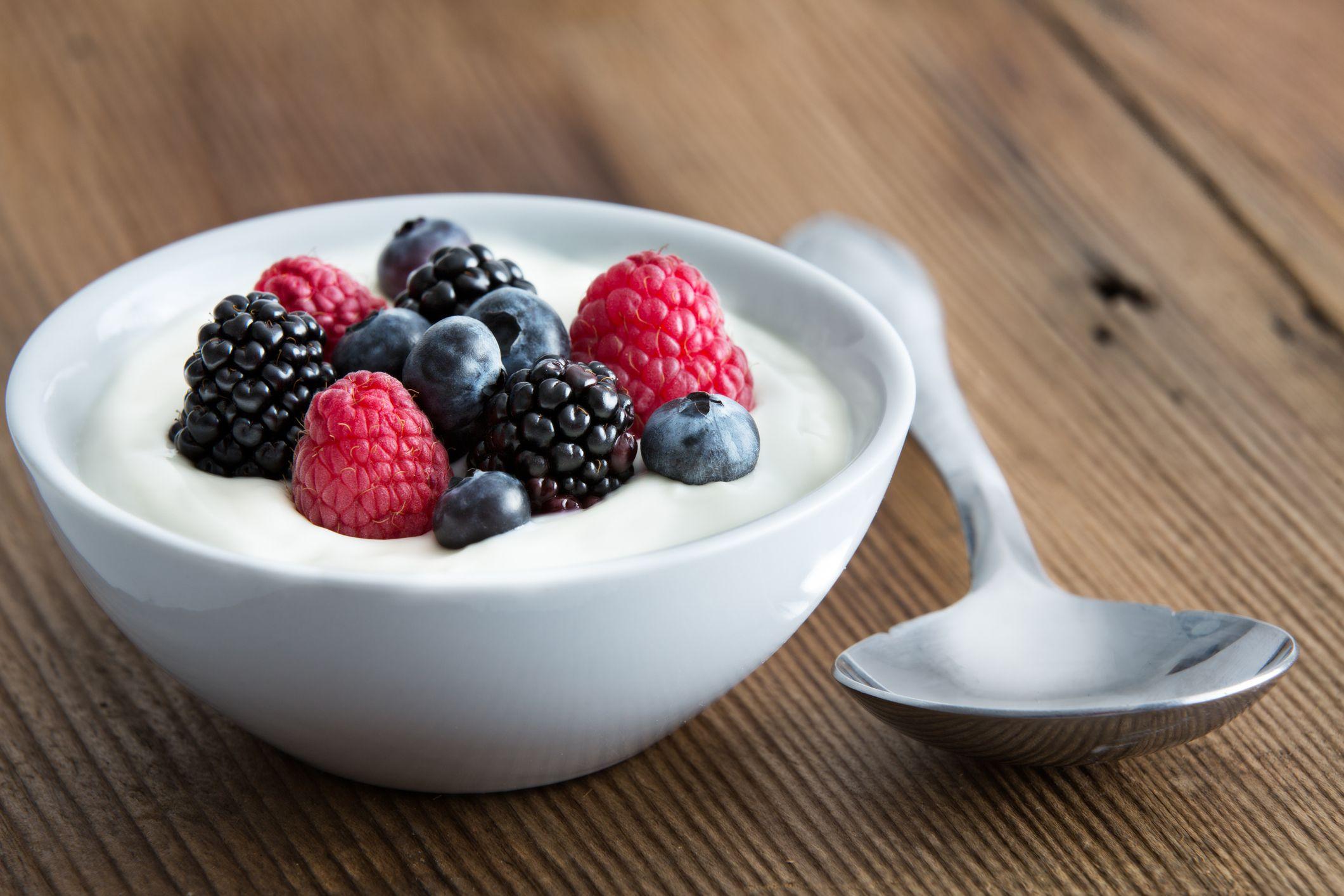 Las frutas ricas en fibra y los fermentados son alimentos clave en esta dieta.