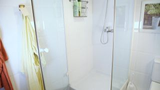 C mo limpiar la mampara de la ducha hogarmania - Limpiar mampara ...