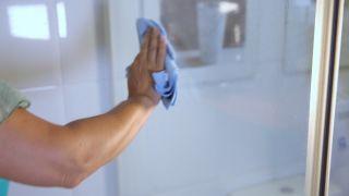 Cómo limpiar la mampara de la ducha - Paso 3