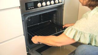 Cómo quitar la grasa del horno - Paso 1