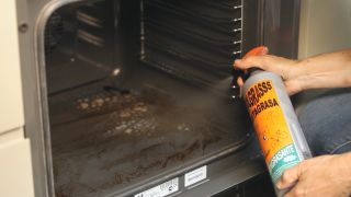 Cómo quitar la grasa del horno - Paso 2