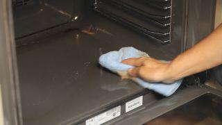 Cómo quitar la grasa del horno - Paso 3