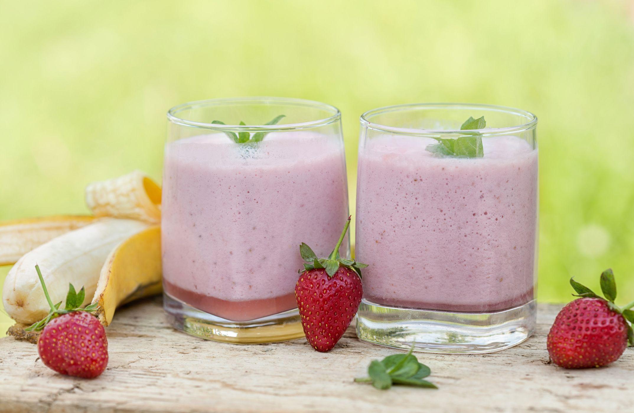 Batido o smothie helado de plátano, fresa, avena y leche vegetal.