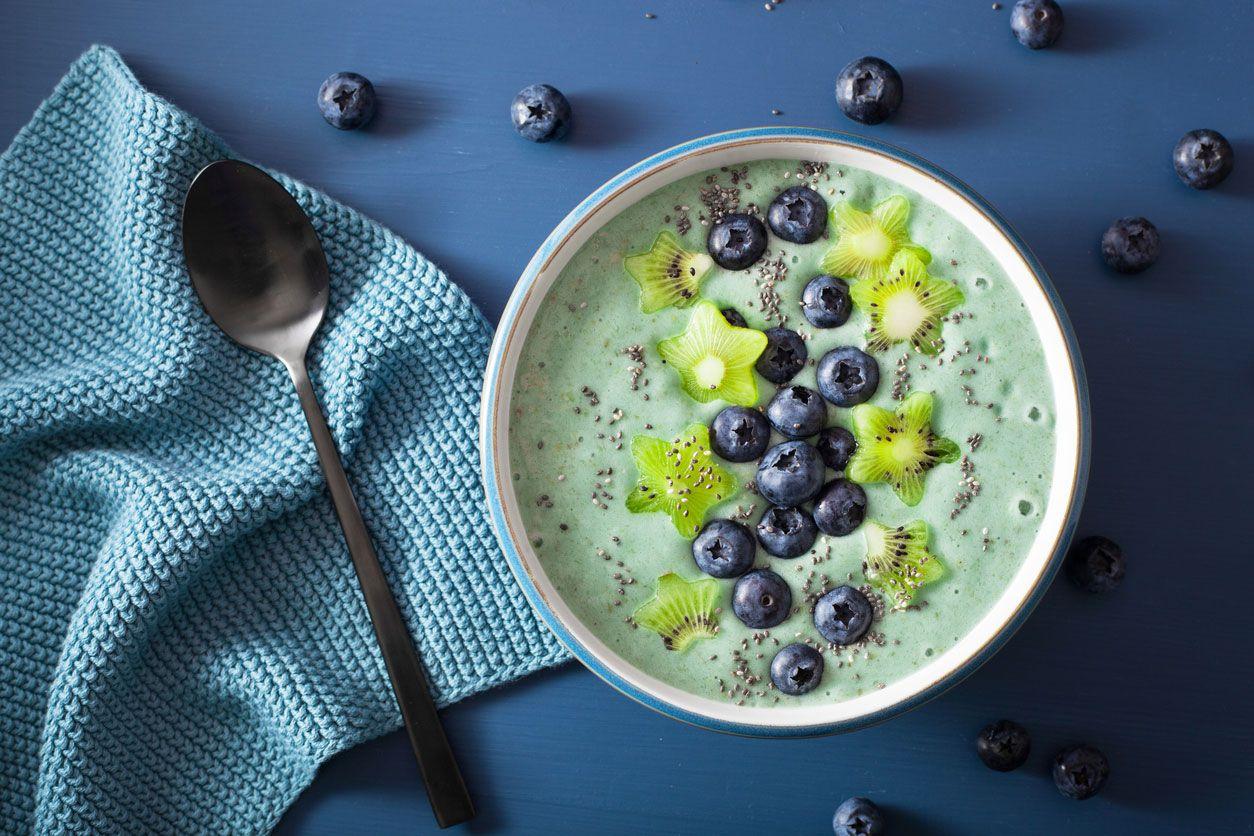 Blue Smoothie Bowl con kiwi y arándanos
