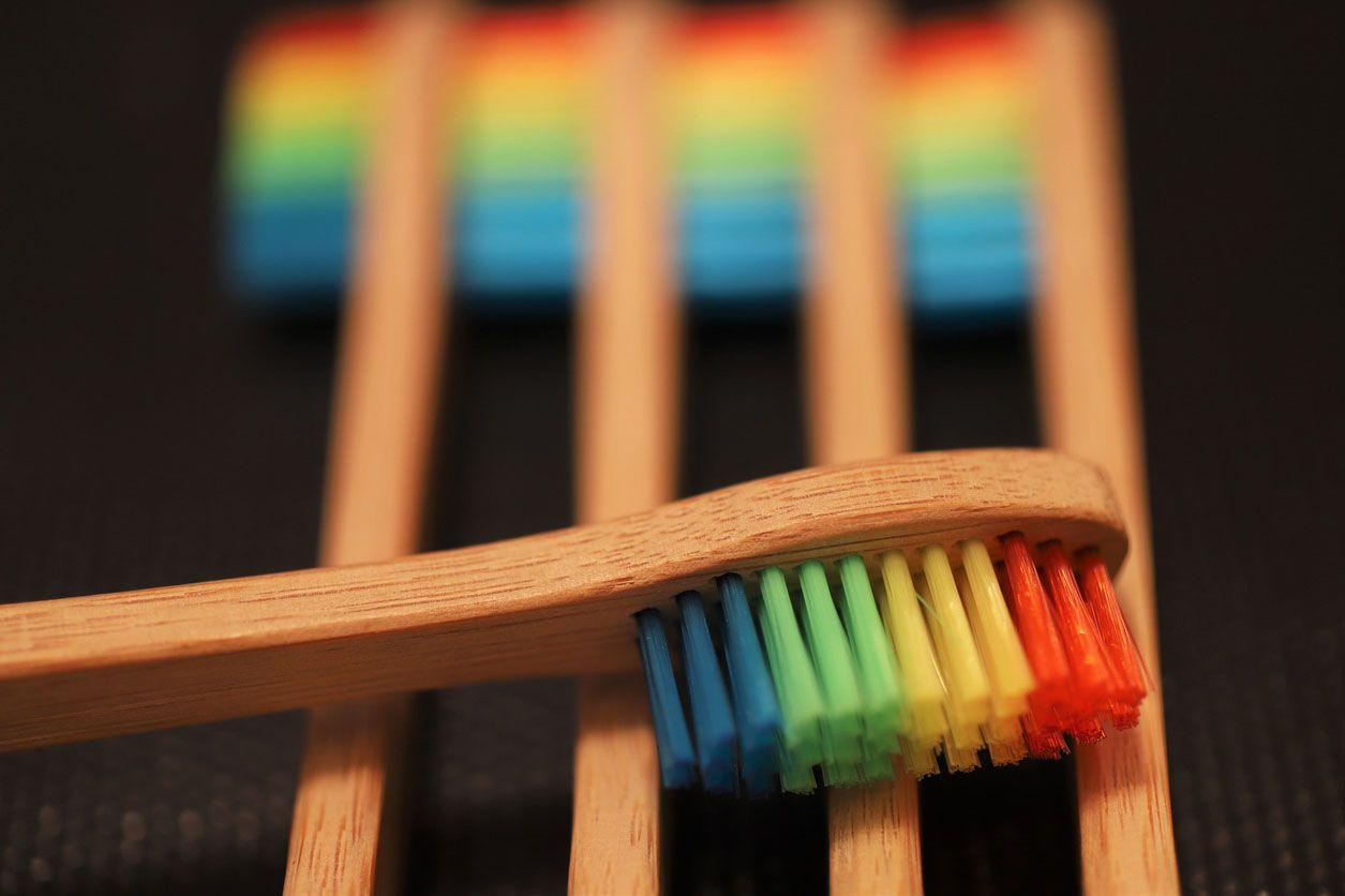 Cepillos de dientes de bambú de colores