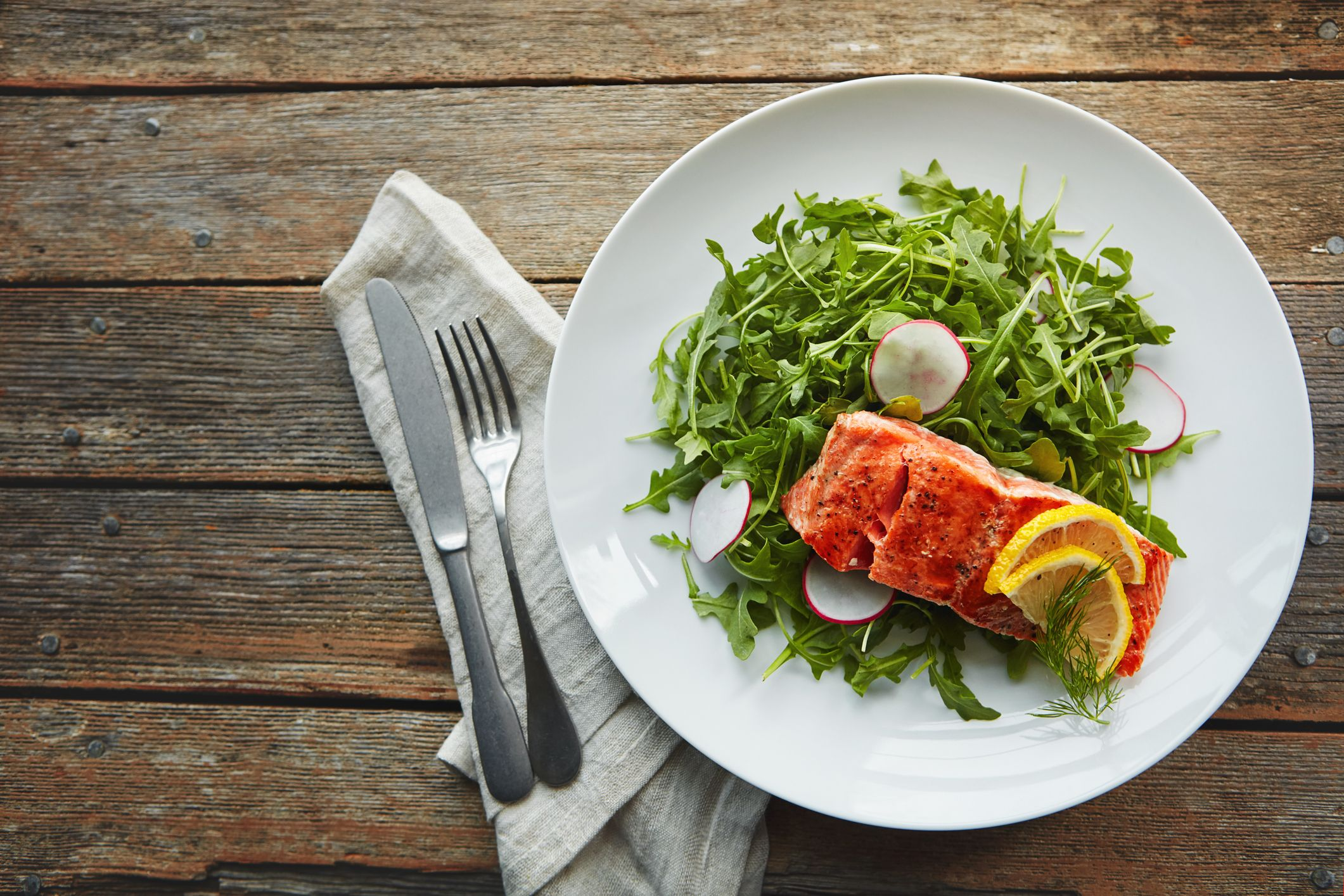 El salmón, bonito, atún o las sardinas son pescados azules ricos en ácidos grasos Omega 3.