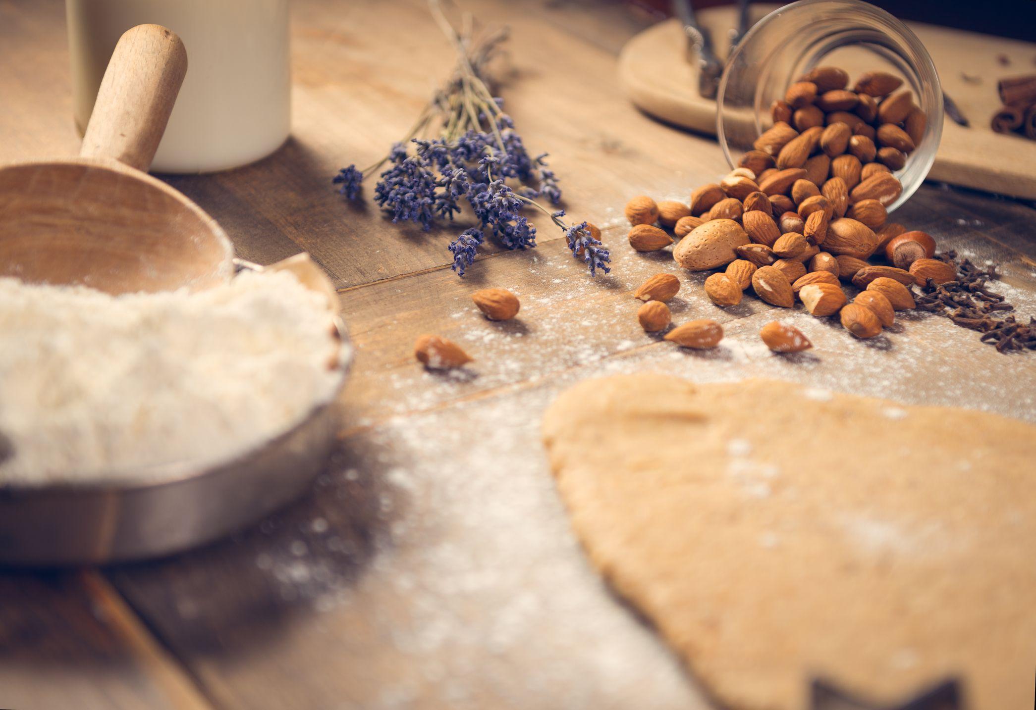 Puedes preparar harina de almendras casera y utilizarla como sustituto a cualquier harina blanca en tus recetas, sobre todo, de postres.